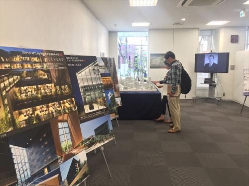 東畑建築事務所が設計を手掛けたプロジェクトを写真パネルで紹介するコーナー。2018年は2日間で約700人の来場だったのに対し、今年は初日だけで600人を超えた。「イケフェス大阪の参加者はマナーが良く、展示を熱心に見てくれるので、開催にこぎ着けるまでの苦労が報われる。参加して良かった、と毎年思う」と担当者(写真:長井 美暁)