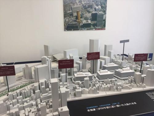 東畑謙三は、高層ビルの圧迫感をどう軽減するか、モータリゼーションの進展にどう対応するか、巨大な駅前ビルに集中するおびただしい人と車をどうさばくか、といった問題意識を持ち、様々なアイデアを計画に盛り込んだ。3階の屋上に駐車場を設けて高層部を後退させる基本的な構成や、雨に濡れずに歩ける1階のポルティコ(回廊)などは、現在の姿に見られる通り、当初のビジョンが貫かれている。一方、3階レベルの高架道路は阪神高速道路との連結を想定していたが、これは実現しなかった(写真:長井 美暁)