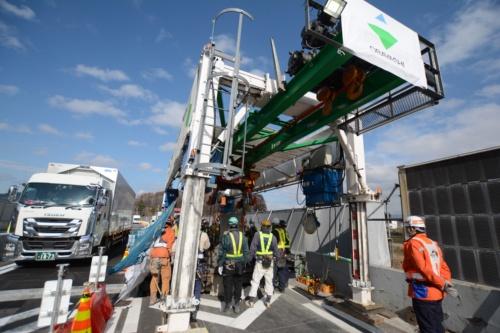 弓振川橋の床版工事では1車線だけを交通規制して床版を更新している。初めての試みのため、昼夜連続で1車線規制したまま昼間も工事を進め、作業時間を検証している。2020年11月27日に撮影(写真:日経クロステック)