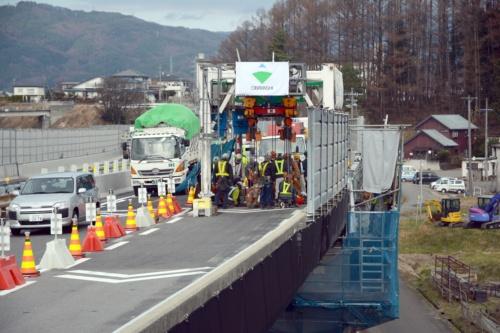 現場の横で、追い越し車線側を一般車両が走る。2020年11月27日に撮影(写真:日経クロステック)