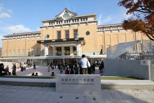 メインエントランスのある西側立面。京都市に本社を置く京セラとネーミングライツの契約を結び、名称は「京都市京セラ美術館」に(写真:日経アーキテクチュア)