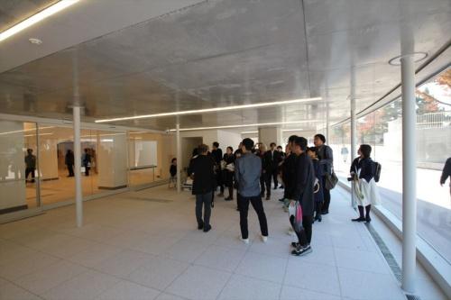 地下1階のエントランス。左方向が館内へのメイン動線(写真:日経アーキテクチュア)