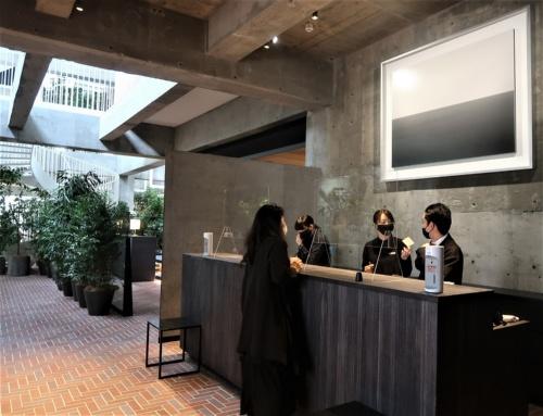 エントランスを抜けると、正面にホテルフロントとアーティストの杉本博司氏の作品が目に飛び込んでくる(写真:日経クロステック)