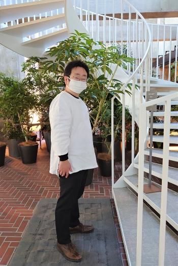フロントに近いらせん階段を上ってみる。ここから先は宿泊者しか入れない。写真は筆者(写真:日経クロステック)