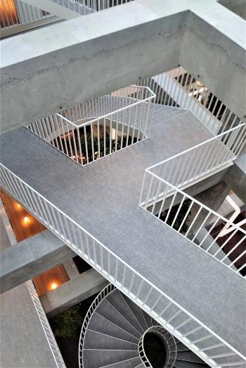 最上階の4階から吹き抜けを見下ろすと、エッシャーのだまし絵の世界に思えてくる(写真:日経クロステック)