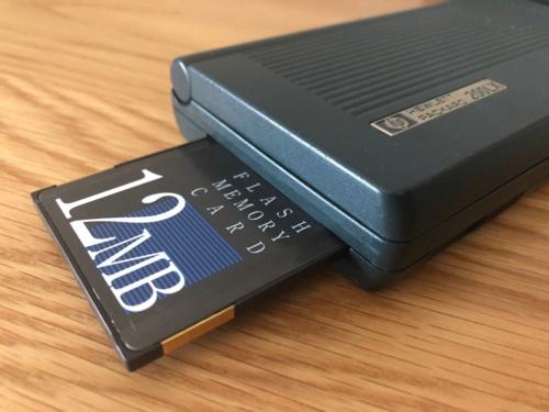 本体左側にPCMCIA規格に対応したカードスロットを備えていた。ここに通信カードを挿せば、ネットにアクセスすることも可能だった