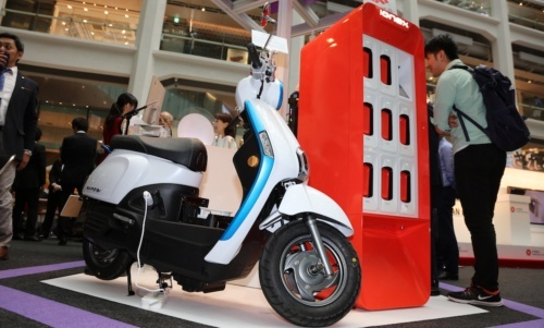 図7 台湾KYMCOの電池交換式EVスクーター「Many」と電池交換PF「iONEX」(撮影:日経 xTECH)