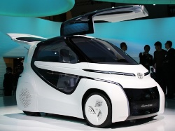 図2 トヨタの2人乗りの超小型EVコンセプト「TOYOTA Concept-愛i RIDE」、斜め前から(撮影:編集部)