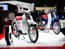ホンダが「東京モーターショー2015」で披露したスーパーカブのEV仕様(左)(出所:日経Automotive)