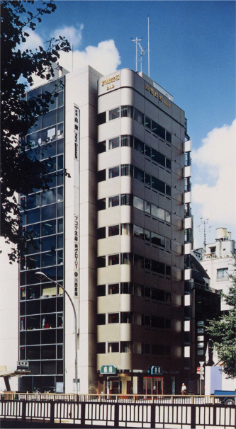 「京橋成和ビル」の外観。短辺が約4mなのに対して、高さが約33mあるスレンダーな建物。短辺方向に揺れるので、理論を適用しやすいため、アクティブ制震の実施対象として選ばれた(写真:小堀鐸二研究所)