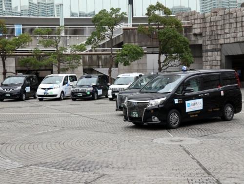 「横浜MaaS」実証実験の出発式。タクシーを借り上げて「AI運行バス」として走らせる