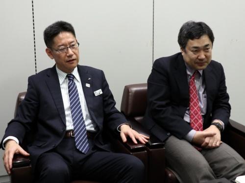 JR東日本技術イノベーション推進本部ITストラテジー部門の佐藤勲部長(左)と、同部門の伊藤健一課長