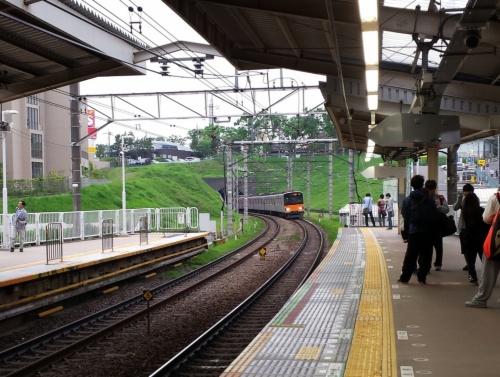 たまプラーザ駅のホーム。東京・渋谷駅や都心のオフィス街まで直通電車が走る