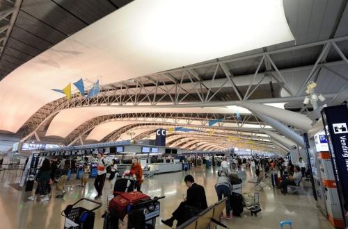 旅客ターミナルビル4階、国際線出発階の現況(写真:日経コンストラクション)