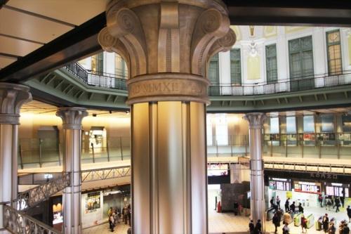 銀色の柱は新設したもの。柱頭装飾の下に見える「AD MMXII」の刻印は、工事が完了した「西暦2012年」を示している。どこの建物か分かりますか?