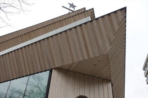 隈研吾氏の最新作、「スターバックス リザーブ ロースタリー 東京」の外観見上げ。2019年2月28日、東京・中目黒にオープンした(写真:日経アーキテクチュア)