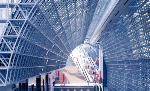 アトリウム(中央コンコース)に続く大階段。分かりますか?(写真:吉田 誠)