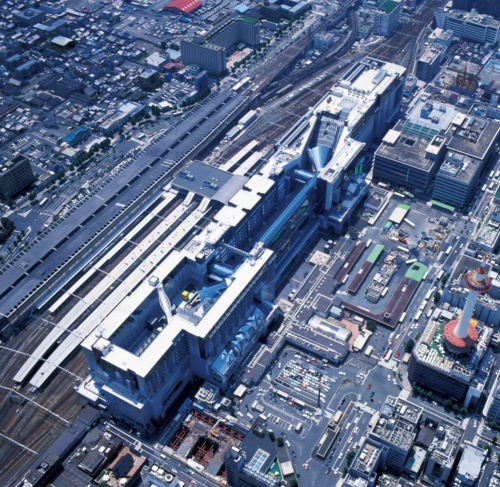 京都駅ビルを北東方向から見下ろす。右上に大階段 が見える。手前側にも大階段がある。以下の写真は竣工直後に撮影(写真:三島 叡)