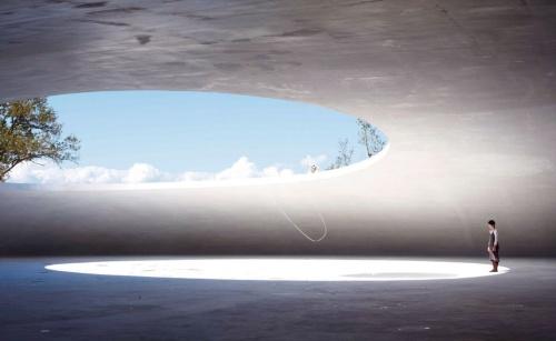 天井部から吊り下げられたリボンが、開口部からの風の動きを感じさせる。床の小さな穴から湧きだした水が生き物のように動いて、消える(写真:森川 昇)