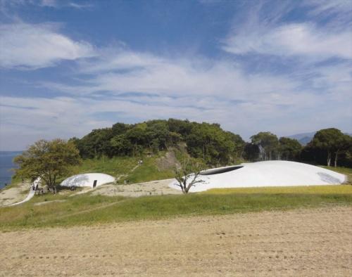 2010年10月のオープン直後に南側から見た豊島美術館。 右手に見えるのがアートスペース。 左奥に見えるのは、カフェなどがあるラウンジ(写真:日経アーキテクチュア)