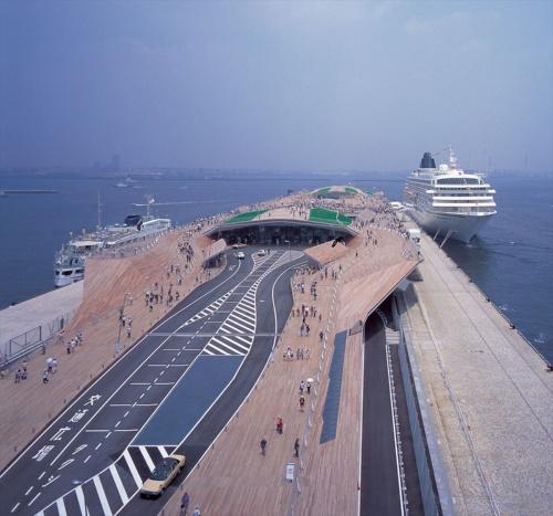 2002年6月1日にオープンした翌日の横浜港大さん橋国際客船ターミナル。以下の写真も、特記以外は同じ日に撮影(写真:寺尾 豊)