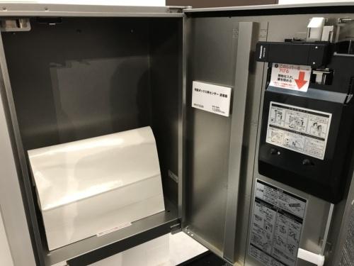 パナソニック製の宅配ボックスにAiSEG2と連携する専用のセンサーを設置。宅配事業者が荷物を入れると、センサーが感知して居住者のスマートフォンに通知する(写真:日経ホームビルダー)