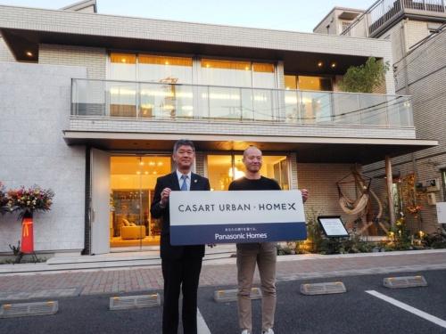 パナソニック ホームズが販売する、HomeX(ホームエックス)を標準で搭載した住宅「カサート アーバン」のモデルハウス。左はパナソニック ホームズの松下龍二代表取締役社長。右は、HomeXの開発を指揮する、パナソニックの馬場渉ビジネスイノベーション本部長(写真:日経ホームビルダー)