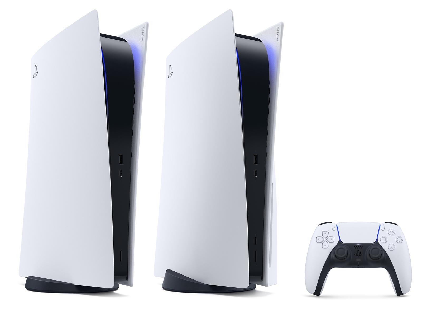 ついに発表された「プレイステーション 5」 中央がUltra HD Blu-rayディスクドライブを備えたスタンダード版。左がディスクドライブを省略したダウンロード専用機「PS5 Digital Edition」、右は新しいコントローラー「DualSense ワイヤレスコントローラー」。(出所:SIE)