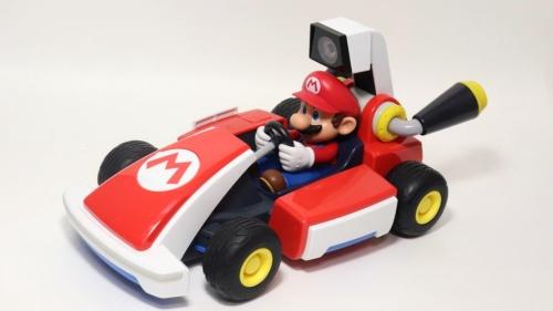 「マリオカート ライブ ホームサーキット」に同梱(こん)される無線操縦のカート