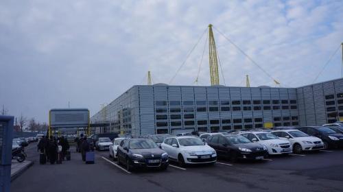 独イグス本社を入り口付近から見る。ドイツ西部に位置するケルン市にある。敷地内には、工場や研究開発施設も併設されている。(出所:日経 xTECH)