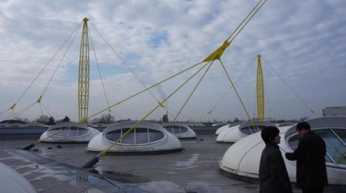 イグス本社の屋上。鉄塔で屋根を吊る構造を採用。楕円形の開口部を開閉して換気し、夏季には40度以上に上る工場内の室温を調整する。(出所:日経 xTECH)