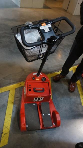 工場内で用いているスクーター。約400台を準備しているという。(出所:日経 xTECH)