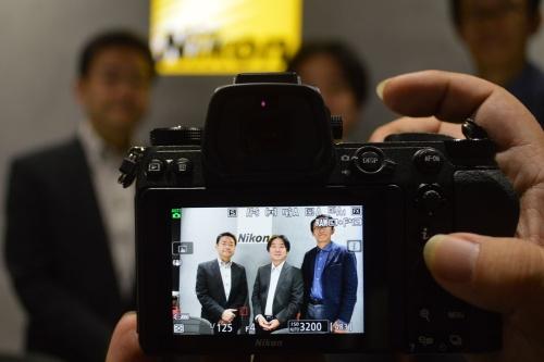ニコンの新世代ミラーレス「Zシリーズ」の開発をリードした3人の開発者左から光学本部 第三設計部長 鈴木剛司氏、映像事業部 開発統括部 第一設計部長 村上直之氏、同事業部デザイン部長 橋本信雄氏