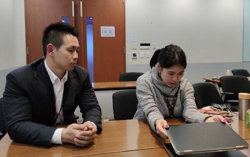 HP Spectre x360 13の本体サイズについて説明する日本HP Eコマース事業本部コンシューマービジネス本部本部長の沼田綾子氏(右)とコンシューマー事業本部製品部プロダクトスペシャリストの柴田雄紀氏(左)