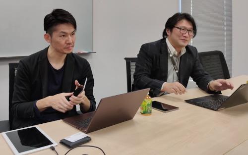 NECパーソナルコンピュータ商品企画本部の飛田裕貴マネージャー(左)と商品企画本部の細見孝大グループマネージャー(右)