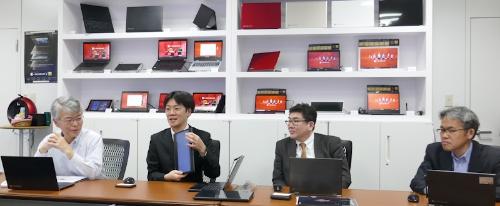 取材に応じるDynabookの清水敏行氏、杉浦雄介氏、荻野孝弘氏、杉野文則氏(左から)