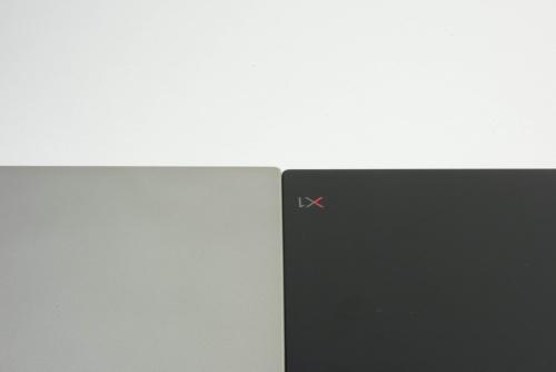 奥の部分は1ミリほど薄くなっている。左側のシルバーカラーのほうが2018年モデル