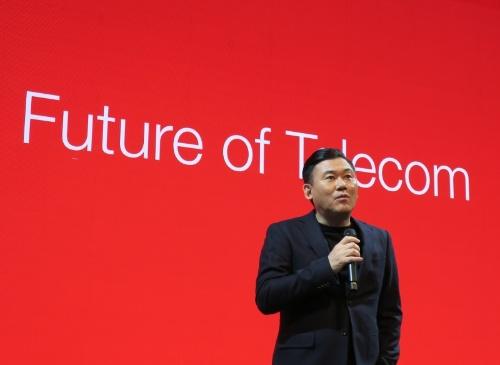 ブース内のイベントで携帯電話ネットワークについて解説する楽天の三木谷浩史会長兼社長