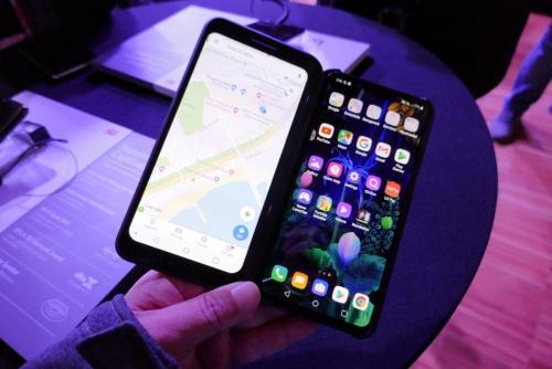 韓国LGエレクトロニクスが2019年2月24日に発表した5Gスマホ「LG V50 ThinQ 5G」とオプションの「Dual Screen for LG V5」