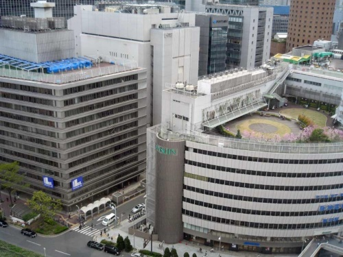 解体前の大阪神ビルディング(右)と新阪急ビル(左)。2棟の間に市道が通る。2013年に撮影(写真:日経アーキテクチュア)
