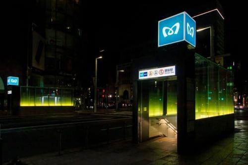 地上の出入り口は、銀座駅デザインコンペの最優秀賞に輝いたアトリエ・ジーアンドビーの吉岡あずさ氏のアイデアを具現化した(写真:大上 祐史)