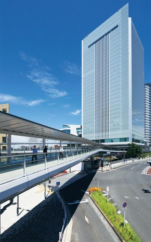 人道橋「さくらみらい橋」から横浜市役所新庁舎を望む(写真:安川 千秋)