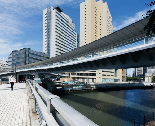 弁天橋の下流側歩道から、さくらみらい橋を見上げる。桁高は写真右手前の2mから左奥の1.5mへと徐々に変化する(写真:安川 千秋)