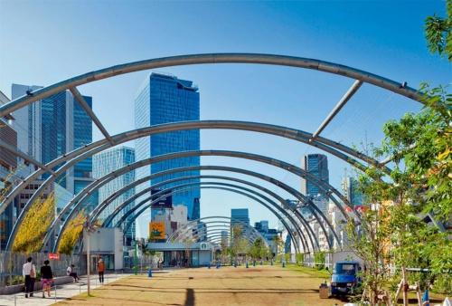 """立体都市公園制度を活用して、2020年7月にリニューアルオープンした""""空中公園""""。アーチ状のキャノピーが公園の目印になっている(写真:吉田 誠)"""
