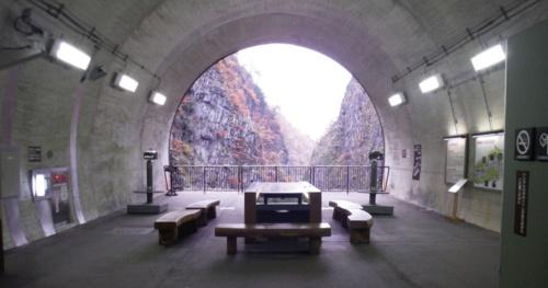 リニューアル前のトンネル終点部。パネルや望遠鏡を設置していた(写真:十日町市)