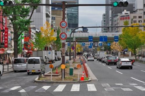 社会実験前の2020年11月に撮影した御堂筋。写真左側の車が走っている側道を閉鎖した(写真:生田 将人)