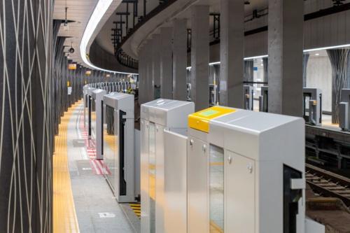 一夜のうちに設置された日比谷線上野駅のホームドア(写真:大上 祐史)