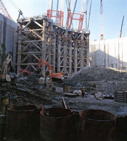 川崎人工島の建設中の様子。連壁内部を排水して、海底を掘り下げる。1993年3月撮影(写真:玉井 強志)