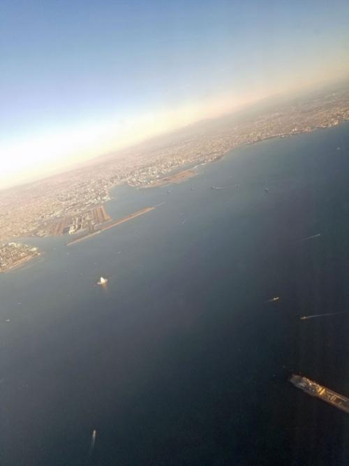 現在の東京湾を上空から見る。写真右下は木更津人工島、その左上に川崎人工島の白い換気塔が見える。川崎人工島の上にあるのは羽田空港(写真:日経コンストラクション)