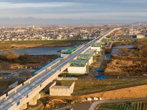 福井駅から北に約5kmの地点に架かる九頭竜川橋梁。先に完成した新幹線のPC箱桁の両側に、県道の桁を架設する。2019年12月撮影(写真:大村 拓也)